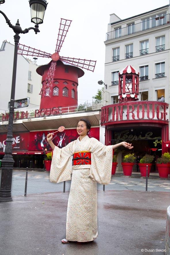 japonaises en kimono à Paris photos Moulin rouge